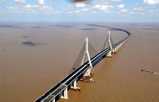 上海华测自主研发了一整套以HCMonitor为核心的变形监测系统,曾获得科技进步二等奖,并先后成功应用于润扬大桥、东海大桥、阳逻江大桥、上海长江大桥、闵浦大桥等国家重点项目,实践证明,以HCMonitor为核心的实时形变监测系统是一个非常有效的桥梁监测技术,GNSS能够与其它传感器完美结合用于桥梁健康监测。  图为东海大桥(2006年开始运行华测桥梁健康监测系统) 项目背景 GNSS自八十年代中期投入民用后,已广泛地在导航、定位等各领域应用,尤其在测量界的控制测量中起了划时代的作用。正因为是它在静态相对定