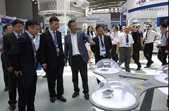 总装电信部部长王兆耀、北斗卫星导航总设计师杨长风参观华测产品