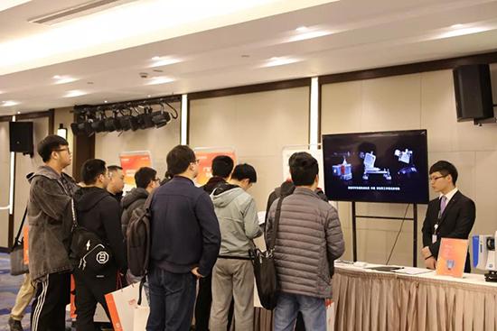 华测用户大会上驻足观看多平台激光雷达测量系统的客户们