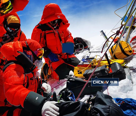 珠峰峰顶气温可低至-45°C,气压低至30kPa